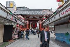 TOKYO, JAPON - 5 AVRIL 2018 : Temple de touristes de Sensoji de visite Se Photos stock