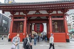 TOKYO, JAPON - 5 AVRIL 2018 : Temple de touristes de Sensoji de visite Se Photo stock