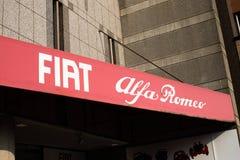Tokyo, Japon : Centre de Fiat Alfa Romeo - automobiles de Fiat Chrysler nanovolt FCA avec le café images stock