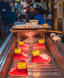 TOKYO, JAPON - décembre, 01, 2014 : Vendeurs de thon chez Tsukiji Image stock