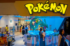 TOKYO, JAPON -28 EN JUIN 2017 : Beau magasin de Pokemon à l'aéroport international de Kansai, avec le pokemon de pikachu pillant  Photos stock