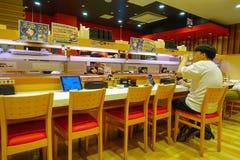 TOKYO, JAPON -28 EN JUIN 2017 : Homme non identifié buvant et mangeant à l'intérieur d'un beau et sophistiqué restaurant Photographie stock libre de droits
