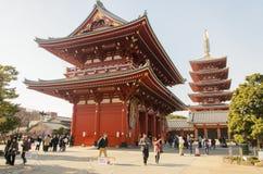 Tokyo, Japon - 7 février 2014 : Porte de Hozomon du temple de Sensoji et pagoda cinq racontée Image libre de droits