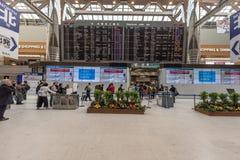 TOKYO, JAPON - 30 JANVIER 2017 : Intérieur d'aéroport de Tokyo Narita avec l'écran de vol Photos stock