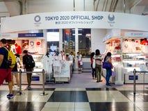 Tokyo, Japon - 2 janvier 2016 : Le client marche hors d'un magasin de jeux paralympic de Tokyo 2020 dans Ginza, Tokyo Photographie stock