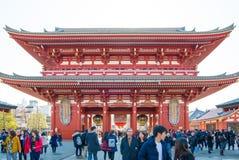 Tokyo, Japon - 28 janvier 2016 : Temple de Sensoji de visite de personnes dans Asakusa, Tokyo Le ji de Senso est un temple bouddh Photos stock