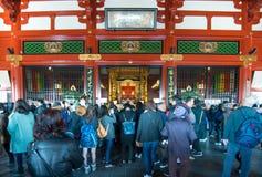 Tokyo, Japon - 28 janvier 2016 : Temple de Sensoji de visite de personnes dans Asakusa, Tokyo Le ji de Senso est un temple bouddh Image stock