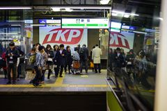 Tokyo, Japon - 13 janvier 2017 : Un train ferroviaire du Japon arrivant à la station de Shinjuku 3,5 millions de passagers enviro Photographie stock libre de droits