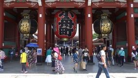 Tokyo, Japon - 9 juin 2018 : Beaucoup de personnes marchant autour dans le temple neary de Senso-JI de région d'Asakusa dans Asak banque de vidéos