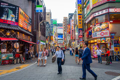 TOKYO, JAPON 28 JUIN - 2017 : Foule des personnes marchant et appréciant le beau et célèbre secteur de lumières rouges de Kabukic Photographie stock libre de droits