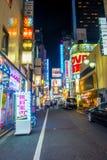 TOKYO, JAPON 28 JUIN - 2017 : Foule des personnes marchant et appréciant le beau secteur de lumières rouges célèbre de Kabukicho Photographie stock libre de droits