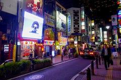 TOKYO, JAPON 28 JUIN - 2017 : Foule des personnes marchant et appréciant le beau secteur de lumières rouges célèbre de Kabukicho Image libre de droits