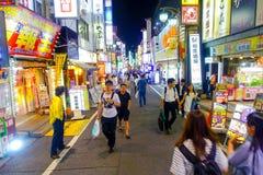 TOKYO, JAPON 28 JUIN - 2017 : Foule des personnes marchant et appréciant le beau secteur de lumières rouges célèbre de Kabukicho Photo stock