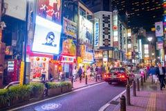 TOKYO, JAPON 28 JUIN - 2017 : Foule des personnes marchant et appréciant le beau secteur de lumières rouges célèbre de Kabukicho Photos libres de droits