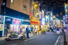 TOKYO, JAPON 28 JUIN - 2017 : Foule des personnes marchant et appréciant le beau secteur de lumières rouges célèbre de Kabukicho Photos stock