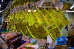 TOKYO, JAPON 28 JUIN - 2017 : Les signes jaunes instructifs chez le Tsukiji vendent les fruits de mer et la poissonnerie en gros  Image stock