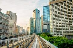 TOKYO, JAPON 28 JUIN - 2017 : Paysage d'un train voyageant sur le rail élevé de la ligne de Yurikamome dans Odaiba, Minato Photographie stock libre de droits