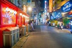 TOKYO, JAPON 28 JUIN - 2017 : Personnes non identifiées marchant au beau secteur de lumières rouges célèbre de Kabukicho, entoura Photo stock