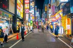 TOKYO, JAPON 28 JUIN - 2017 : Personnes non identifiées marchant au beau secteur de lumières rouges célèbre de Kabukicho, entoura Photographie stock