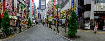 TOKYO, JAPON 28 JUIN - 2017 : Personnes non identifiées marchant dans le secteur de lumières rouges célèbre de Kabukicho, entoura Photos libres de droits
