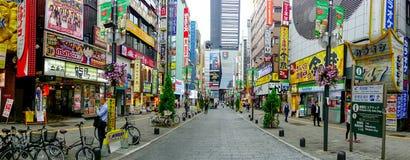 TOKYO, JAPON 28 JUIN - 2017 : Personnes non identifiées marchant dans le secteur de lumières rouges célèbre de Kabukicho, entoura Photographie stock