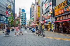 TOKYO, JAPON 28 JUIN - 2017 : Personnes non identifiées marchant dans le secteur de lumières rouges célèbre de Kabukicho, entoura Photo stock