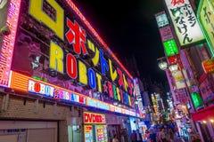 TOKYO, JAPON 28 JUIN - 2017 : Personnes non identifiées marchant en dehors d'un restaurant de robot situé aux lumières rouges de  Photos stock