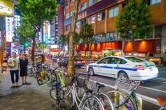 TOKYO, JAPON 28 JUIN - 2017 : Personnes non identifiées marchant et appréciant le beau secteur de lumières rouges célèbre de Kabu Image libre de droits