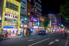 TOKYO, JAPON 28 JUIN - 2017 : Personnes non identifiées marchant et appréciant le beau secteur de lumières rouges célèbre de Kabu Photos stock