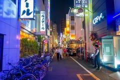 TOKYO, JAPON 28 JUIN - 2017 : Personnes non identifiées marchant et appréciant le beau secteur de lumières rouges célèbre de Kabu Photo libre de droits