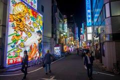TOKYO, JAPON 28 JUIN - 2017 : Personnes non identifiées marchant et appréciant le beau secteur de lumières rouges célèbre de Kabu Photo stock