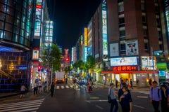 TOKYO, JAPON 28 JUIN - 2017 : Personnes non identifiées marchant et appréciant le beau secteur de lumières rouges célèbre de Kabu Photographie stock libre de droits
