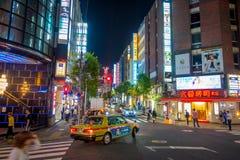 TOKYO, JAPON 28 JUIN - 2017 : Personnes non identifiées marchant et appréciant le beau secteur de lumières rouges célèbre de Kabu Photos libres de droits