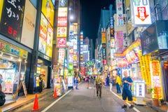 TOKYO, JAPON 28 JUIN - 2017 : Personnes non identifiées marchant et appréciant le beau secteur de lumières rouges célèbre de Kabu Images libres de droits