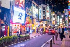 TOKYO, JAPON 28 JUIN - 2017 : Personnes non identifiées marchant et appréciant le beau secteur de lumières rouges célèbre de Kabu Photographie stock