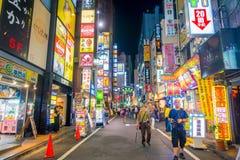 TOKYO, JAPON 28 JUIN - 2017 : Personnes non identifiées marchant et appréciant le beau secteur de lumières rouges célèbre de Kabu Images stock
