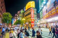 TOKYO, JAPON 28 JUIN - 2017 : Personnes non identifiées traversant la rue dans le secteur de lumières rouges de Kabukicho, entour Photos libres de droits