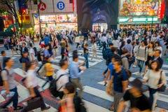 TOKYO, JAPON 28 JUIN - 2017 : Personnes non identifiées traversant la rue de Shibuya à Tokyo, Japon La bousculade célèbre Image stock