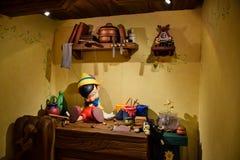 TOKYO, JAPON : La maison de Geppetto avec Pinocchio sur l'installation de table dans Disneystore a placé chez Shibuya, Tokyo photo libre de droits