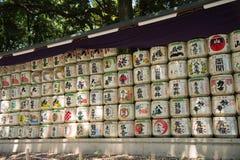 TOKYO JAPON le 27 juillet 2016 : Barils japonais de saké empilés à l'entrée du tombeau de Meiji à Tokyo, Japon Images libres de droits