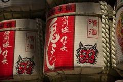 TOKYO JAPON le 27 juillet 2016 : Barils japonais de saké empilés à l'entrée du tombeau de Meiji à Tokyo, Japon Photos stock