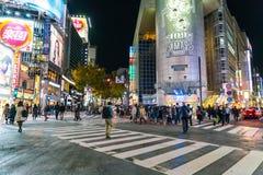 Tokyo, Japon, le 17 novembre 2016 : Croisement de Shibuya de rue de ville avec Photo libre de droits