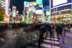 Tokyo, Japon, le 17 novembre 2016 : Croisement de Shibuya de rue de ville avec Photo stock