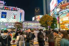 Tokyo, Japon, le 17 novembre 2016 : Croisement de Shibuya de rue de ville avec Photos libres de droits