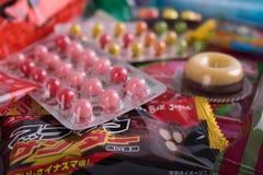 Tokyo, Japon - 17 mars 2016 : Différents bonbons et casse-croûte japonais Photographie stock libre de droits