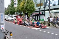 Tokyo, Japon - 8 novembre 2017 : Étranger de touristes avec le costume de bande dessinée conduisant le kart à Tokyo images libres de droits