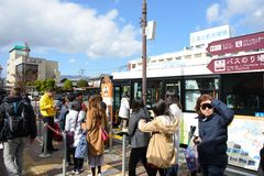 Tokyo, Japon - 15 novembre 2017 : Arrêt d'autobus à l'arrêt d'autobus la station de Kawaguchiko Image libre de droits