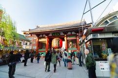 Tokyo, Japon - 21 novembre 2013 : Touristes à l'entrée du temple de Sensoji Images stock