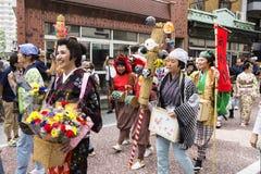 Tokyo, Japon - 24 septembre 2017 : Personnes différentes avec des costumes d'Edo et givaways au défilé du festi de Shinagawa Shuk Image stock