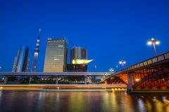 TOKYO - Juli 10: Tokyo himmelträd och Asahi Beer Hall på Juli 10, Arkivbilder